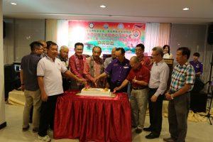 马来西亚佛教居士总会也在当晚进行庆祝5周年庆典系列活动推介礼。部份理事切蛋糕时影。